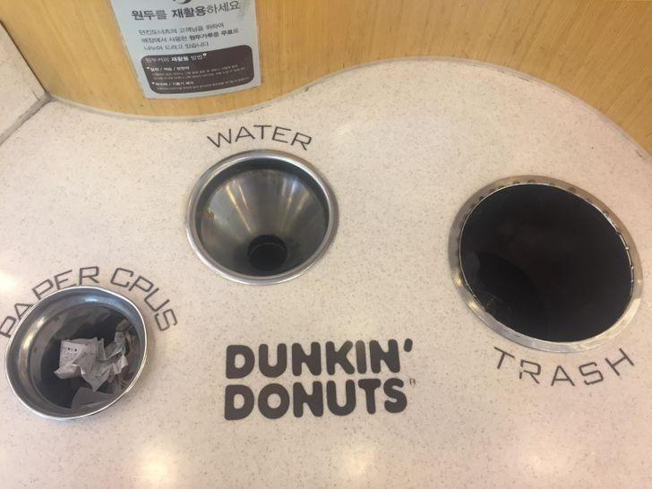 Restauracje Dunkin' Donuts w Korei posiadają oddzielne przegrody na wylanie napoju przed wyrzuceniem kubka.
