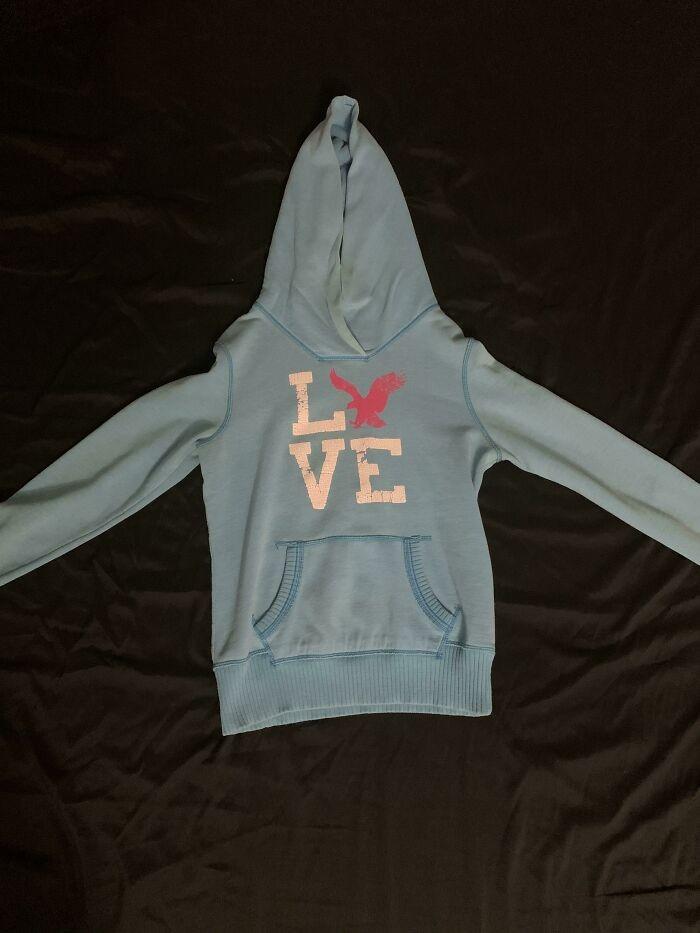 """""""Żona ma tę bluzę od ponad dekady i wciąż zastanawia się dlaczego orzeł nie zastąpił litery 'V'."""""""