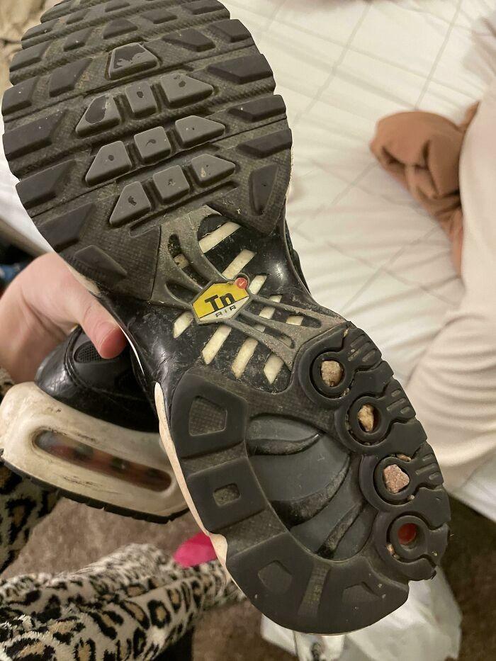 Otwory w podeszwie tego buta mają idealny rozmiar do zbierania kamyków z drogi.