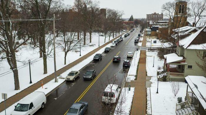 Miasto Holland w stanie Michigan posiada system podgrzewanych dróg i chodników wykorzystujący wodę z pobliskiej elektrowni. Płynie ona specjalnymi plastikowymi rurami ciągnącymi się pod powierzchnią chodników.