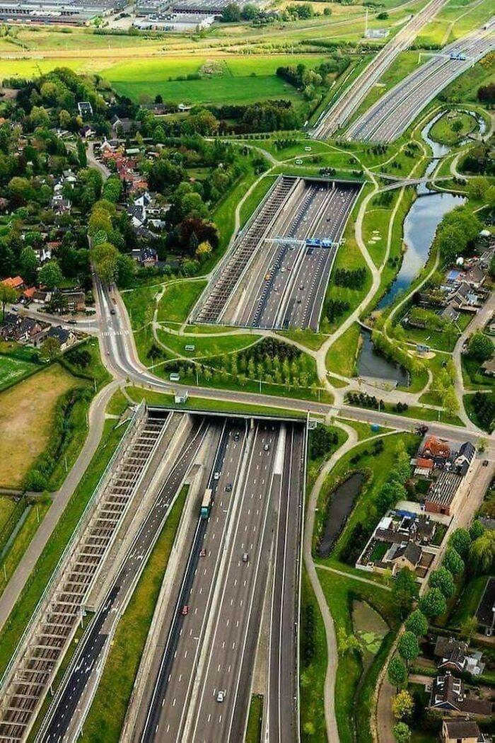Ekodukty, tory kolejowe, autostrada, drogi, chodniki... Breda, Holandia
