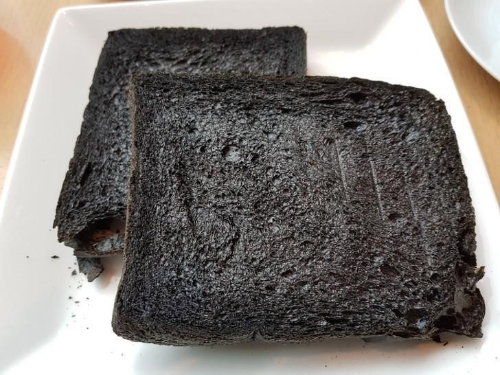 2. To wcale nie spalony chleb. W Japonii sprzedaje się pieczywo barwione węglem z bambusa.