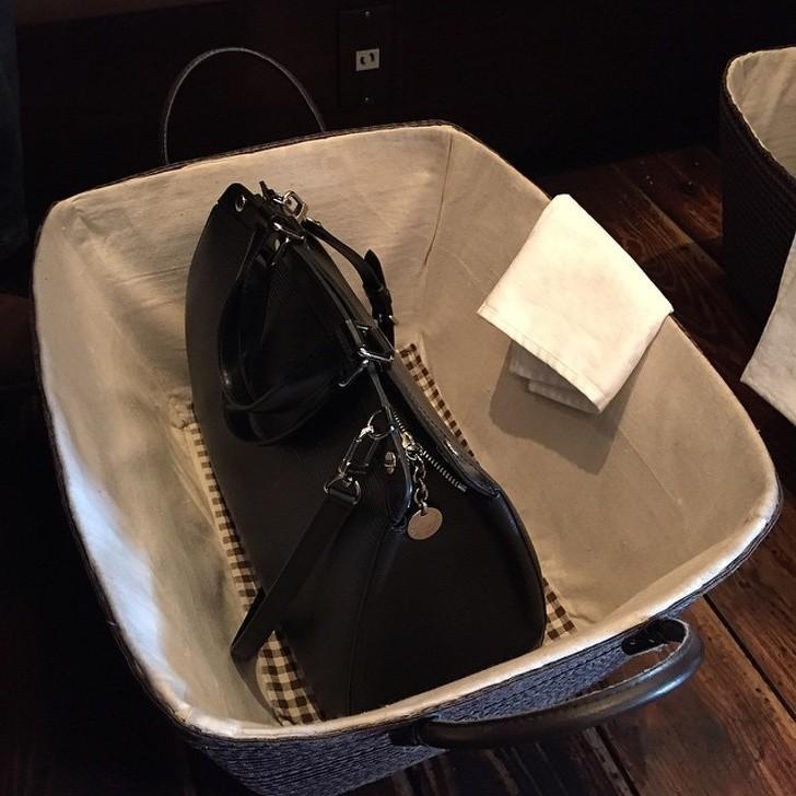 12. Niektóre japońskie restauracje wręczają klientom specjalny koszyk na przedmioty osobiste, takie jak torebki.