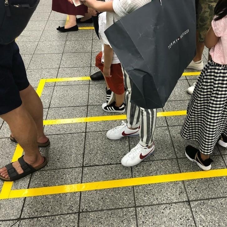 16. W oczekiwaniu na pociąg, pasażerowie stoją w wyznaczonych miejscach i wsiadają w kolejności. Nie ma tu żadnych przepychanek.