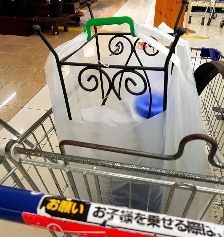 7. Japońskie markety zaopatrują klientów kupujących duże i nieporęczne przedmioty w siatki z wygodnymi rączkami.