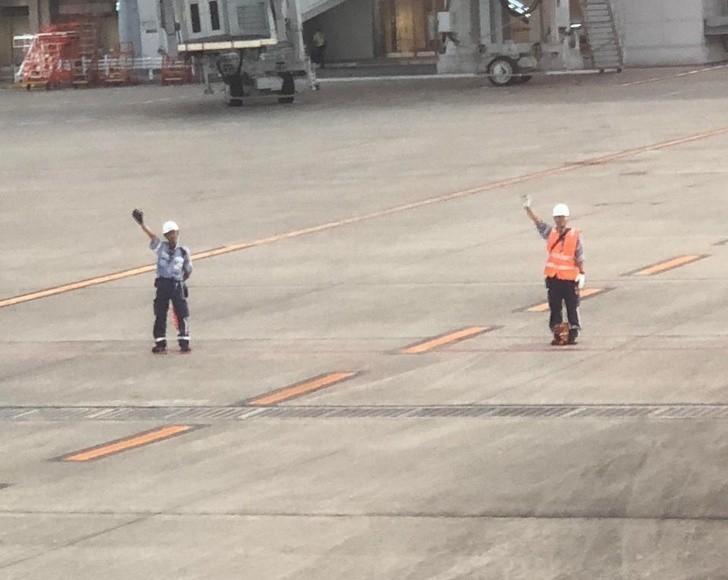 10. Pracownicy lotniska kłaniają się i machają pasażerom opuszczającym samoloty.