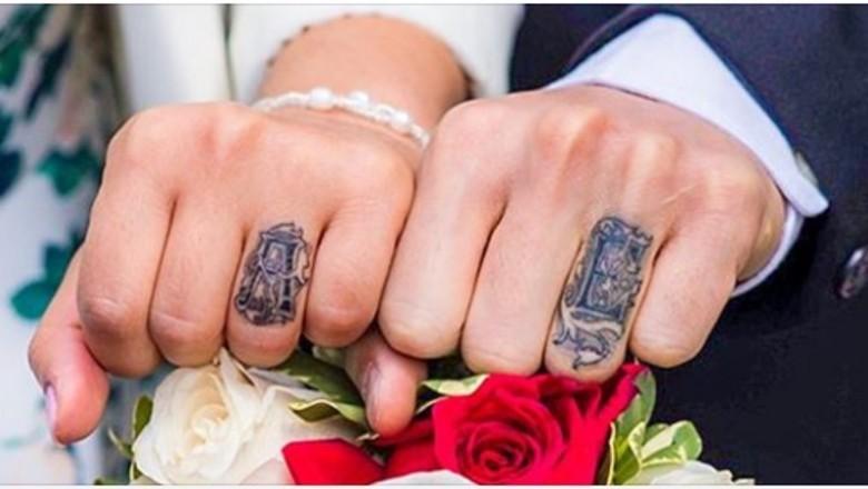 Te Pary Zamiast Obrączek Wybrały Tatuaż Na Palcu Ich